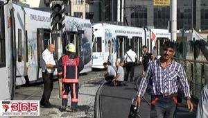 Merter'de tramvay raydan çıktı: 3 yaralı