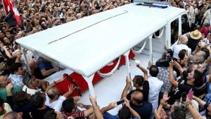 Bakırköylü efsanevi aktör Tarık Akan'ı binlerce kişi uğurladı