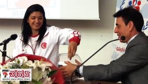 Milli gururumuz Nur Tatar, Bahçelievler'de gençlerle buluştu