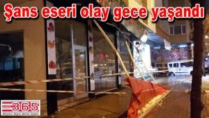 Güngören'de bir dükkanın tentesine çatıdan buz kütlesi düştü…