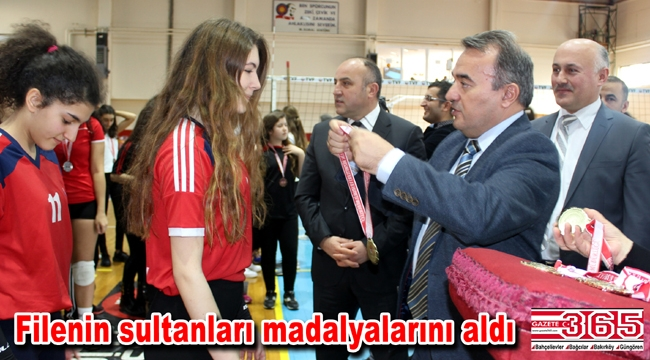 Bakırköy'de voleybol turnuvasında madalyalar dağıtıldı
