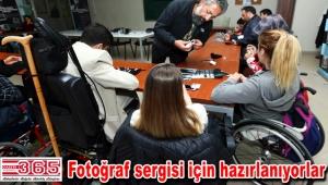 Engelli kursiyerler fotoğrafçılığın inceliklerini öğreniyor