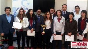 Satranç şampiyonu gençler sevinçlerini spor ilçe müdürüyle paylaştı