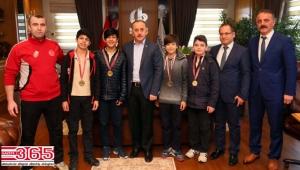 Badminton şampiyonları Başkan Çağırıcı'yı ziyaret etti