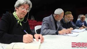 Yazar adayı emekliler, hikaye yazmanın inceliklerini öğreniyor