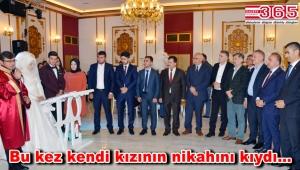 Evlendirme Dairesi Şefi Özkan Bayrak bu kez kızı için görev başına geçti