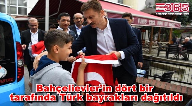 Bahçelievler'de Barış Pınarı Harekatı'na destek için Türk bayrağı dağıtıldı
