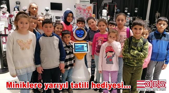 Bağcılarlı başarılı minik öğrenciler robotlarla unutulmaz bir gün geçirdi