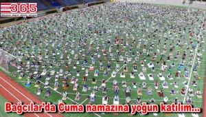 Bağcılar'da 3 bin kişi Cuma namazını stadyumda kıldı