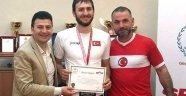 Şampiyonlar mutluluklarını müdür Şahin ile paylaştı