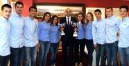 Atasporlu yüzücüler kupalarını Başkan Kerimoğlu'na getirdi